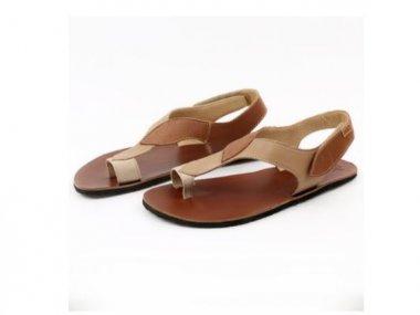 Tikki Caramel barefoot